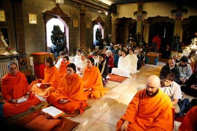 svami-monaci-preghiera-tempio-ashram